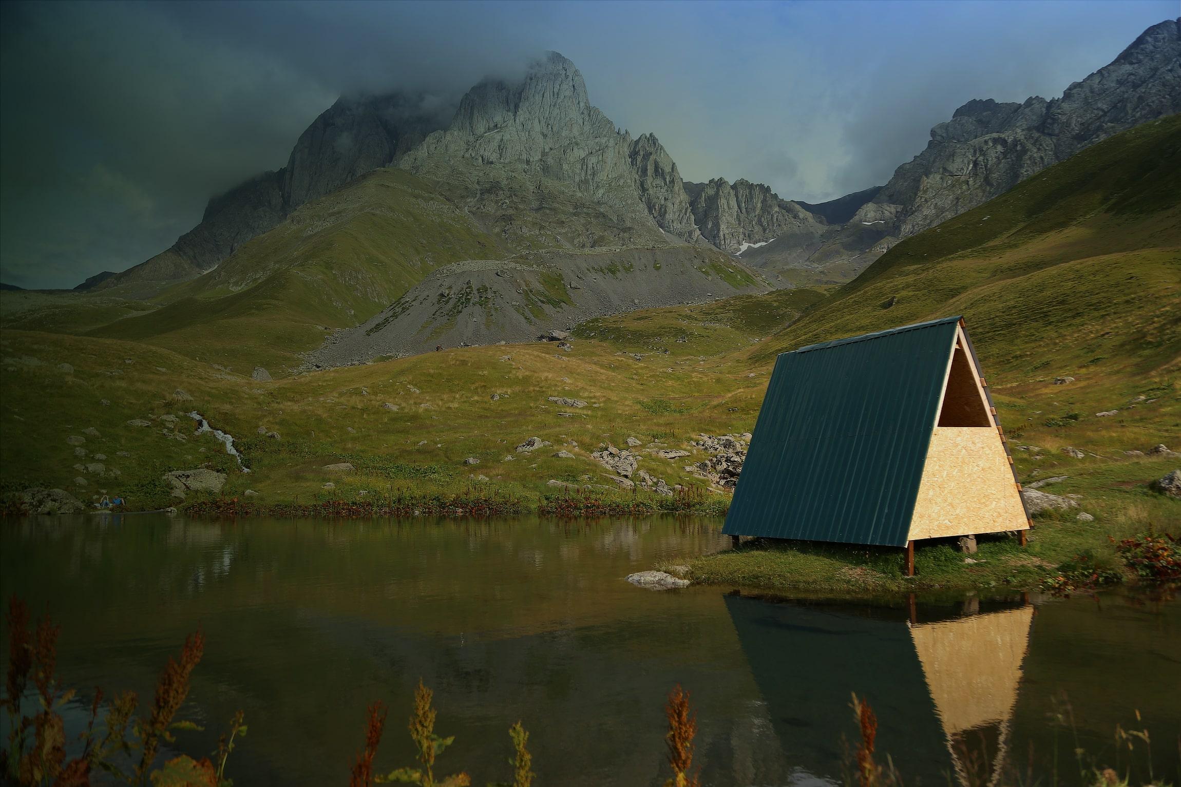 Foto de una casa de madera en un lago